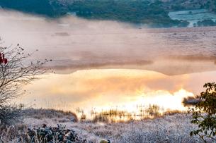 霧ヶ峰高原 八島ヶ原湿原蒸気霧の八島ヶ池の写真素材 [FYI03136105]
