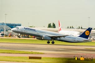 ルフトハンザドイツ航空 LH A321の写真素材 [FYI03136216]