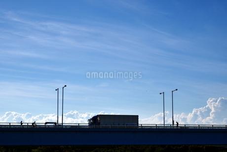 橋の上を走る大型トラックなどの写真素材 [FYI03136387]