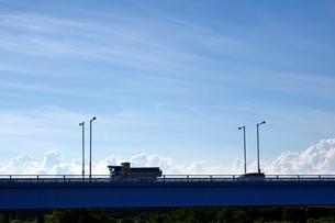 橋の上を走るダンプカーなどの写真素材 [FYI03136388]