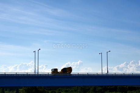 橋の上を走るミキサー車の写真素材 [FYI03136389]