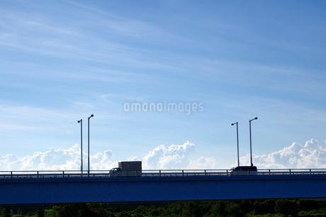 橋の上を走る小型トラックなどの写真素材 [FYI03136390]