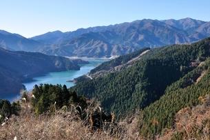 丹沢と宮ヶ瀬湖の展望の写真素材 [FYI03136540]
