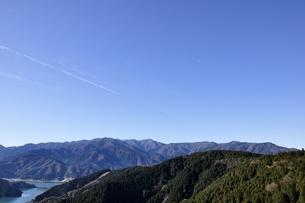 丹沢と宮ヶ瀬湖と青空の写真素材 [FYI03136551]
