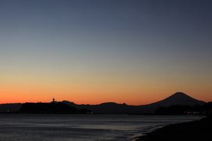 空と富士と江ノ島タワーの写真素材 [FYI03136655]
