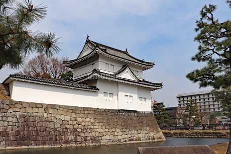 京都の街中に立つ二条城の写真素材 [FYI03136729]
