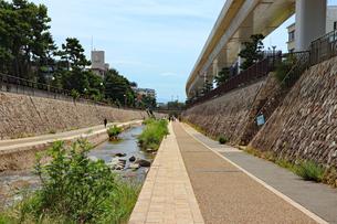 まっすぐな川沿いの遊歩道の写真素材 [FYI03136805]