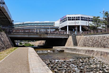 阪神魚崎駅と住吉川の写真素材 [FYI03136812]
