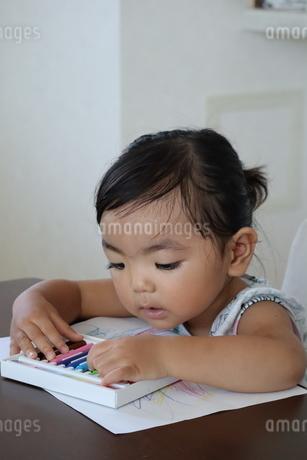 お絵描きする女の子の写真素材 [FYI03136847]