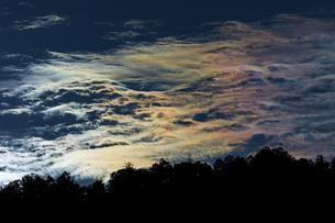森林ごしの彩雲の写真素材 [FYI03137022]