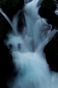 乗鞍山麓、五色ヶ原の桜根滝の写真素材 [FYI03137043]