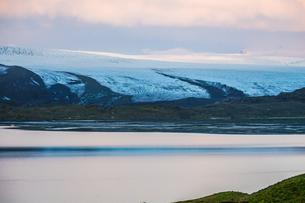 アイスランド・フィヤトルスアゥルロゥン湖の雪山の写真素材 [FYI03137046]