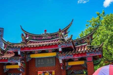 行天宮と青空(台湾・台北)の写真素材 [FYI03137088]