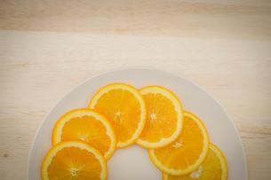 皿に置かれたオレンジのイメージの写真素材 [FYI03137096]
