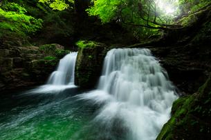 赤目四十八滝 荷担滝と清流の写真素材 [FYI03137181]
