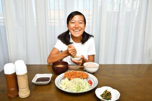 トンカツを食べる女の子の写真素材 [FYI03137213]