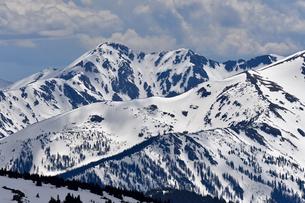 残雪が見られる初夏のコロラド州ロッキーマウンテンの山々の絶景の写真素材 [FYI03137251]