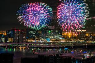 東京湾の花火大会の写真素材 [FYI03137321]