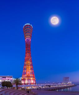 兵庫県 神戸市 風景 ポートタワーと満月 (合成)の写真素材 [FYI03137393]