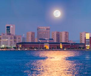 兵庫県 神戸市 風景 満月が照らす神戸港の写真素材 [FYI03137397]