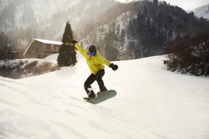 スノーボードで技を決める男性の写真素材 [FYI03137489]