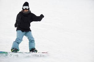スノーボードをする女性の写真素材 [FYI03137496]