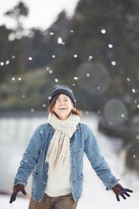 雪を見て嬉しそうにする女性の写真素材 [FYI03137506]