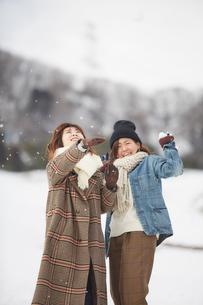 雪の積もった広場で遊ぶ二人の女性の写真素材 [FYI03137510]
