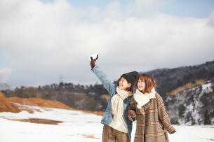 雪の積もった広場で遊ぶ二人の女性の写真素材 [FYI03137512]