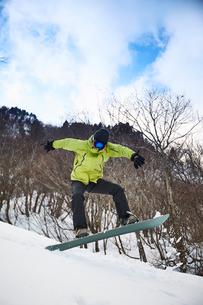スノーボードで技を決める男性の写真素材 [FYI03137529]