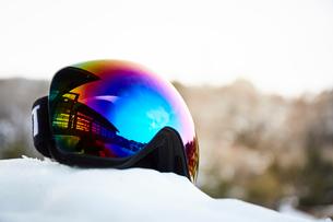 雪の上に置いたゴーグルの写真素材 [FYI03137533]
