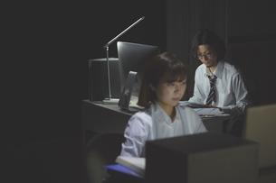 オフィスで残業をする女性と男性の写真素材 [FYI03137601]