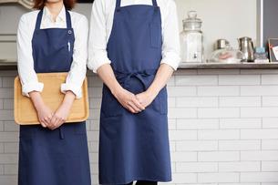 2人のカフェ店員の写真素材 [FYI03137610]
