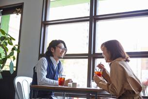 カフェでデートをするカップルの写真素材 [FYI03137638]