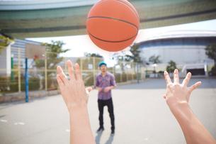 バスケットボールをパスしている男性の手元の写真素材 [FYI03137686]