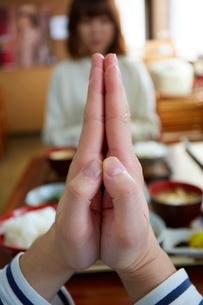 定食を食べる前に手を合わせている男性の手元の写真素材 [FYI03137688]