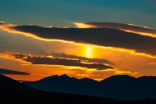 霧ヶ峰高原より朝焼けに染まる八ヶ岳連峰の空に太陽柱はしるの写真素材 [FYI03137806]