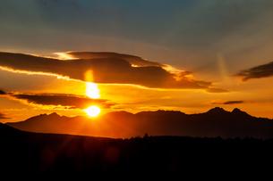 霧ヶ峰高原より八ヶ岳連峰からの日の出と太陽柱の写真素材 [FYI03137838]