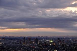 夜明け間近の市街地の写真素材 [FYI03137968]