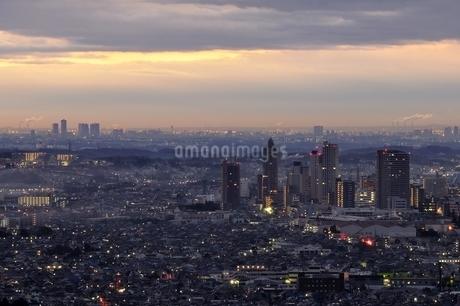 夜明け間近の市街地の写真素材 [FYI03137969]