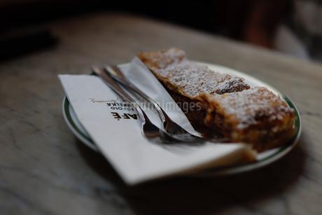 カフェのアップルパイの写真素材 [FYI03138017]