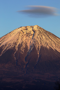 夕焼けの富士山と雲の写真素材 [FYI03138023]