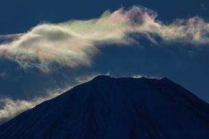 富士山頂上部に浮かぶ彩雲の写真素材 [FYI03138026]