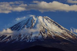雲が印象的な積雪した富士山の写真素材 [FYI03138033]