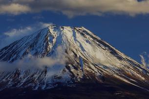 西陽と雲で印象的な積雪の富士山の写真素材 [FYI03138034]