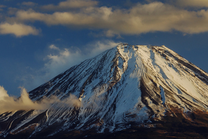 印象的な雲と雪を被った富士山の写真素材 [FYI03138038]