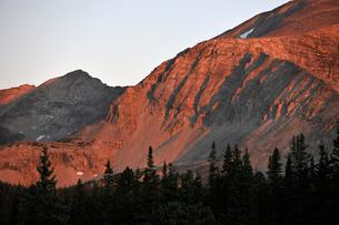 コロラド州、岩肌を朝日に赤く染める山々の写真素材 [FYI03138117]