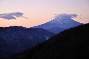 夜明け前の富士山の写真素材 [FYI03138125]