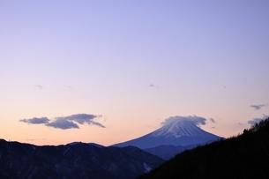 夜明け前の富士山の写真素材 [FYI03138126]