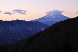 夜明け前の富士山の写真素材 [FYI03138127]